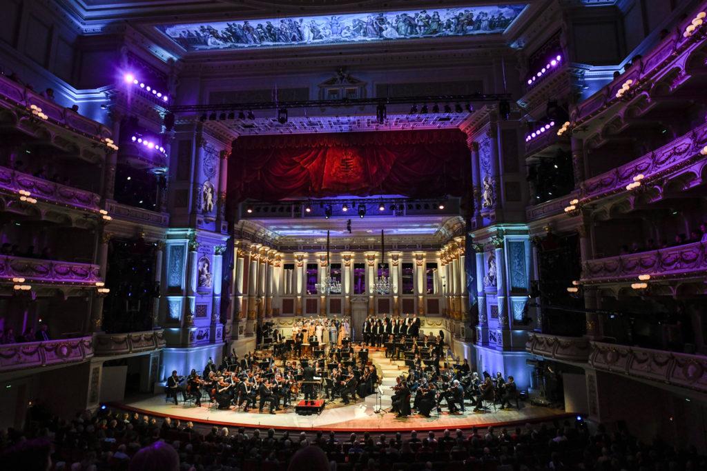 Franz Welser-Möst dirigiert die Fledermaus in der Semperoper Dresden